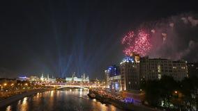 Fuochi d'artificio celebratori sopra il centro di Mosca stock footage