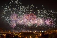 Fuochi d'artificio celebratori sopra la città Mosca di notte Fotografia Stock Libera da Diritti