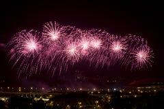 Fuochi d'artificio celebratori sopra la città Mosca di notte Fotografia Stock