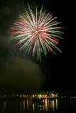 Fuochi d'artificio che esplodono alla notte fotografia stock libera da diritti