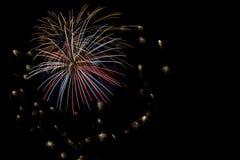 Fuochi d'artificio che esplodono nei colori differenti Fotografia Stock