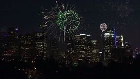 Fuochi d'artificio che esplodono sopra Los Angeles del centro alla notte archivi video