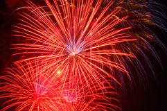 Fuochi d'artificio che illuminano i cieli immagine stock