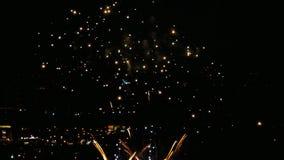 Fuochi d'artificio che infiammano nella sera video d archivio