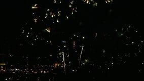 Fuochi d'artificio che infiammano nella sera stock footage