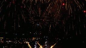 Fuochi d'artificio che infiammano nella sera archivi video