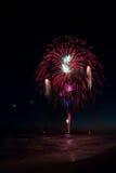 Fuochi d'artificio che riflettono nell'acqua durante il Forte dei Marmi Interna Fotografia Stock Libera da Diritti
