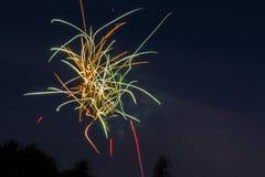 Fuochi d'artificio che scintillano nel cielo notturno Fotografia Stock Libera da Diritti