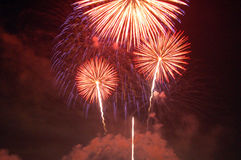Fuochi d'artificio che si illuminano sul cielo Immagini Stock
