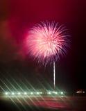 Fuochi d'artificio che sparano al cielo fotografie stock libere da diritti