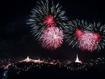 Fuochi d'artificio che visualizzano sopra la montagna Fest Colourful del fuoco d'artificio Immagini Stock Libere da Diritti