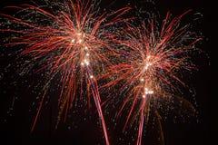 Fuochi d'artificio in cieli di mezzanotte alla vigilia dei nuovi anni Immagini Stock Libere da Diritti