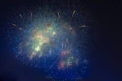 Fuochi d'artificio in cielo di buio di notte Immagine Stock Libera da Diritti