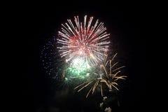Fuochi d'artificio colorati nella notte Fotografia Stock