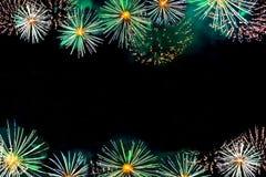 Fuochi d'artificio come fiori sul fondo scuro del cielo con lo PS della copia Immagini Stock