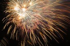 Fuochi d'artificio con cielo notturno Fotografie Stock Libere da Diritti