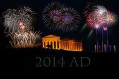 Fuochi d'artificio con il tempio greco Immagini Stock