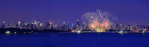 Fuochi d'artificio con l'orizzonte della città Fotografia Stock Libera da Diritti