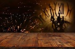 Fuochi d'artificio con l'orologio davanti ad una fase Fotografia Stock Libera da Diritti