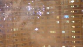 Fuochi d'artificio con la costruzione della città nel fondo archivi video