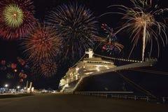 Fuochi d'artificio con la nave da crociera Fotografia Stock Libera da Diritti