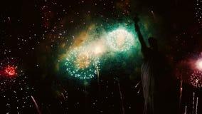 Fuochi d'artificio con la statua di libertà per la festa dell'indipendenza archivi video