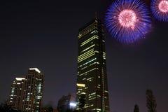 Fuochi d'artificio con le costruzioni fotografia stock libera da diritti