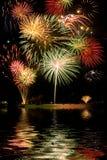 Fuochi d'artificio con le riflessioni del lago Fotografia Stock Libera da Diritti