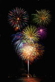 Fuochi d'artificio con le riflessioni del lago Fotografie Stock