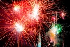 Fuochi d'artificio contro un cielo nero Fotografia Stock Libera da Diritti