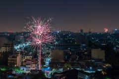 Fuochi d'artificio da un terrazzo sul ` s EVE del nuovo anno Fotografia Stock Libera da Diritti