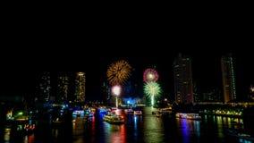 Fuochi d'artificio dal fiume Immagini Stock Libere da Diritti