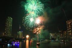 Fuochi d'artificio dal fiume Fotografia Stock Libera da Diritti