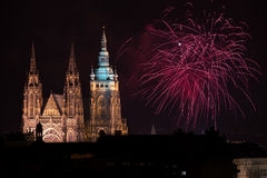 Fuochi d'artificio del castello di Praga Fotografia Stock