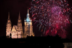 Fuochi d'artificio del castello di Praga Immagini Stock