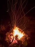Fuochi d'artificio del fuoco di accampamento Fotografie Stock