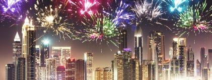Fuochi d'artificio del nuovo anno nel Dubai alla notte Immagini Stock Libere da Diritti