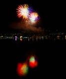 Fuochi d'artificio del ` s EVE del nuovo anno multicolori Fotografia Stock