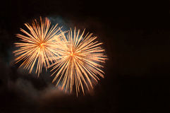 Fuochi d'artificio dell'oro con lo spazio della copia su fondo nero Fotografie Stock Libere da Diritti