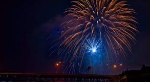 Fuochi d'artificio dell'oro e del blu sopra il ponte Fotografia Stock Libera da Diritti
