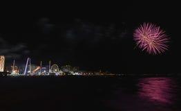 Fuochi d'artificio della spiaggia di Coney Island Immagine Stock