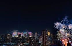 Fuochi d'artificio di celebrazione nella città alla notte Città di Bangkok thailand fotografie stock