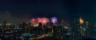 Fuochi d'artificio di celebrazione nella città alla notte Città di Bangkok thailand fotografia stock libera da diritti