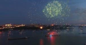 Fuochi d'artificio di esplosioni contro lo sfondo del cielo notturno stock footage