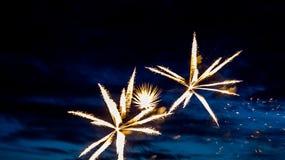 Fuochi d'artificio di estate sul lungomare nella festa Fotografie Stock Libere da Diritti