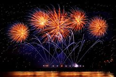 Fuochi d'artificio di festa di colore dorato su un fondo nero del cielo fotografia stock