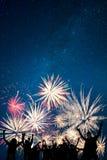 Fuochi d'artificio di festa di sguardi degli amici Fotografia Stock