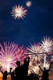 Fuochi d'artificio di festa di sguardi degli amici Immagine Stock Libera da Diritti
