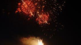Fuochi d'artificio di festa su fondo scuro archivi video