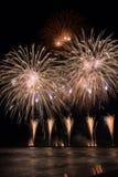 Fuochi d'artificio di Forte dei Marmi che riflettono nell'acqua durante l'interno Fotografia Stock Libera da Diritti
